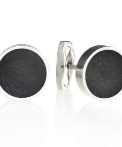 Další jedinečný, vyšperkovaný kousek z české dílny Gravelli v podobě manžetových knoflíčků. Design těchto knoflíčků vsází na rafinovanou kombinaci tvrdého betonu a chladné stylové ocele. Až si obléknete tyto knoflíčky, nikdo kolem vás nezůstane betonově chladným. Knoflíčky jsou dodávány v krásné betonové krabičce se zavíráním na magnety a dárkovou taštičkou. K dostání ve dvou barevných provedeních světle šedém a antracitovém.