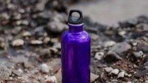 Láhve na vodu - kovové, plastové, skleněné