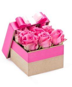 Růžové růže a elegantní květinová krabička