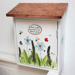 Malovaná VIP poštovní schránka s měděnou stříškou